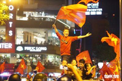 Hình ảnh người hâm mộ Việt Nam mừng chiến thắng của đội tuyển U23. Với chiến thắng lịch sử trước Qatar, Việt Nam lần đầu tiên lọt vào Chung kết U23 Châu Á.